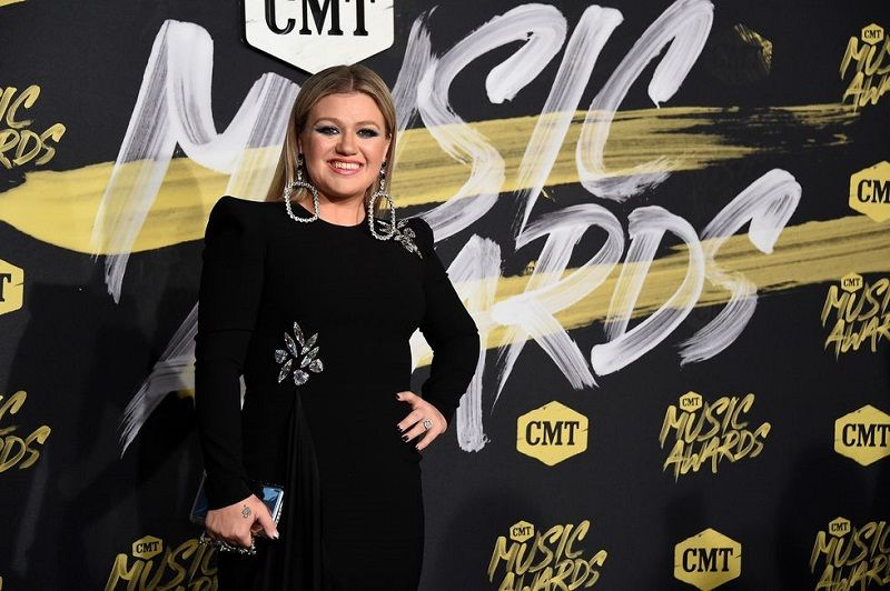Kelly Clarkson Performs at the CMT Awards